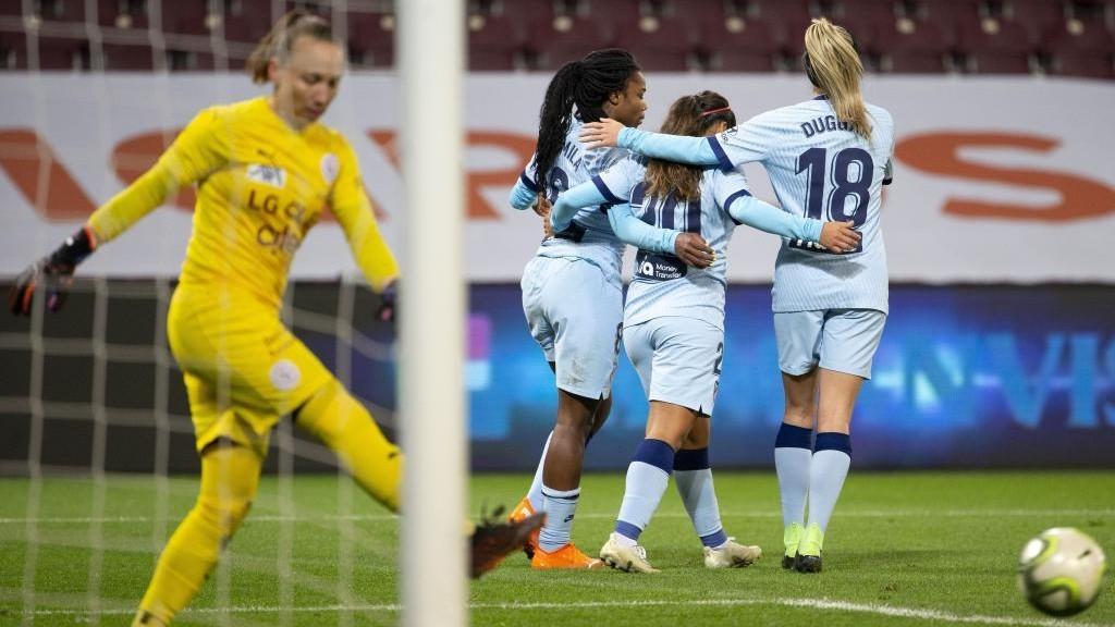 Ludmila da Silva celebra junto a dos compañeras un gol ante el...