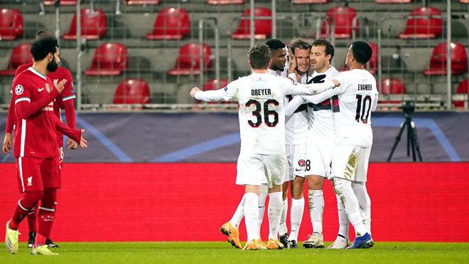 Los jugadores del Midtjylland celebran el gol de Scholz.