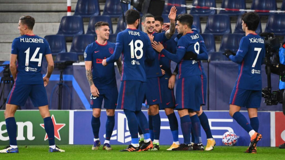 Los futbolistas del Atlético celebran el 0-1.