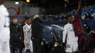 Zinedine Zidane y Rodrygo se saludan en el momento de la sustitución...
