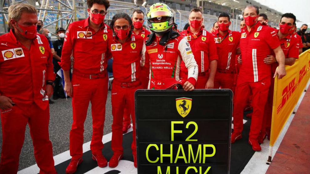 Mick Schumacher, con Binotto y el resto de Ferrari tras ganar en F2.