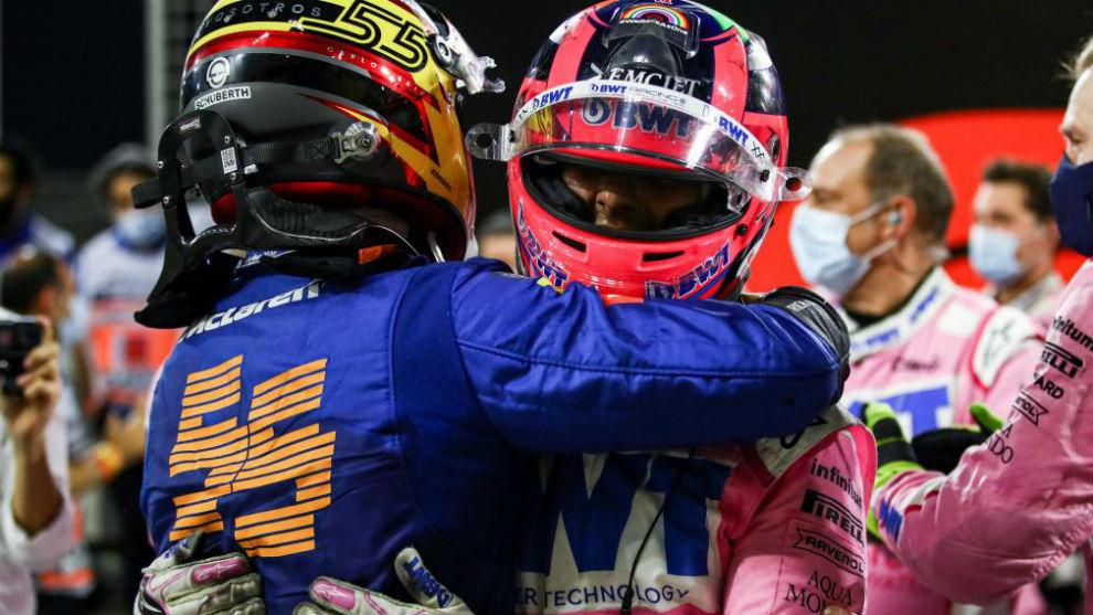 Carlso Sainz felicita a Checo Pérez tras la victoria del mexicano el...