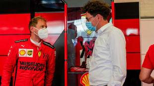 Vettel y Binotto, en el box de Ferrari.