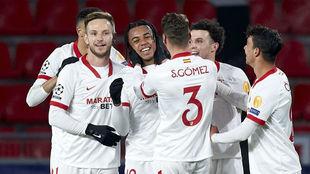 Los jugadores del Sevilla felicitan a Koundé por su gol en Champions.