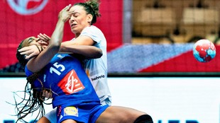 Marta López obstaculiza a Niakate en defensa.
