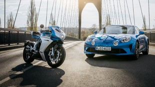 El tono azul de la Superveloce es el mismo que emplea Alpine en su...