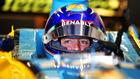 Alonso, a bordo del Renault R25 en el box del equipo galo en Abu Dabi.