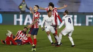 Casemiro celebra el gol mientras los jugadores del Atlético se...