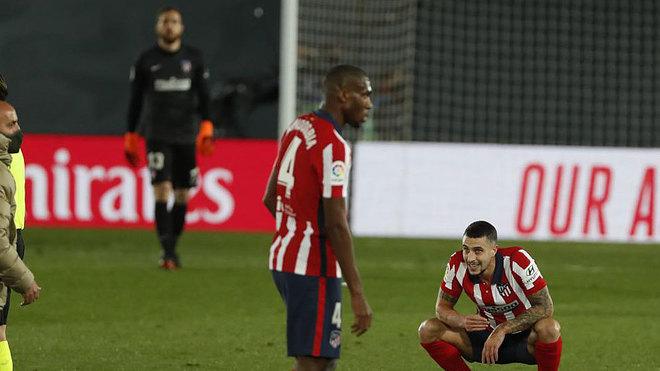 Kondogbia y Mario Hermoso se lamentan tras el Real Madrid-Atlético.