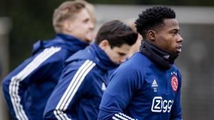 Quincy Promes entrenando con el Ajax.