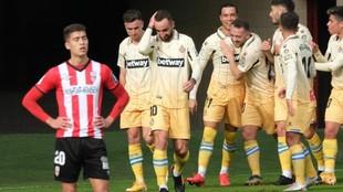 Los jugadores del Espanyol celebran un gol ante la desesperación de...