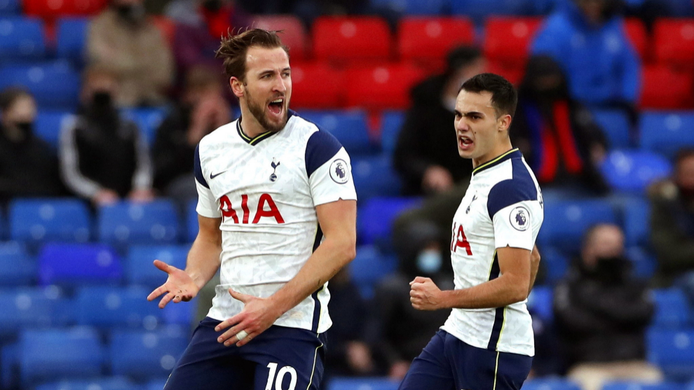 London (United Kingdom), 13/12/2020.- Harry lt;HIT gt;Kane lt;/HIT gt; (L) of Tottenham celebrates after scoring the 1-0 lead during the English Premier League soccer match between Crystal Palace and Tottenham Hotspur in London, Britain, 13 December 2020. (Reino Unido, Londres) EFE/EPA/Andrew Couldridge / POOL EDITORIAL USE ONLY. No use with unauthorized audio, video, data, fixture lists, club/league logos or live services. Online in-match use limited to 120 images, no video emulation. No use in betting, games or single club/league/player publications