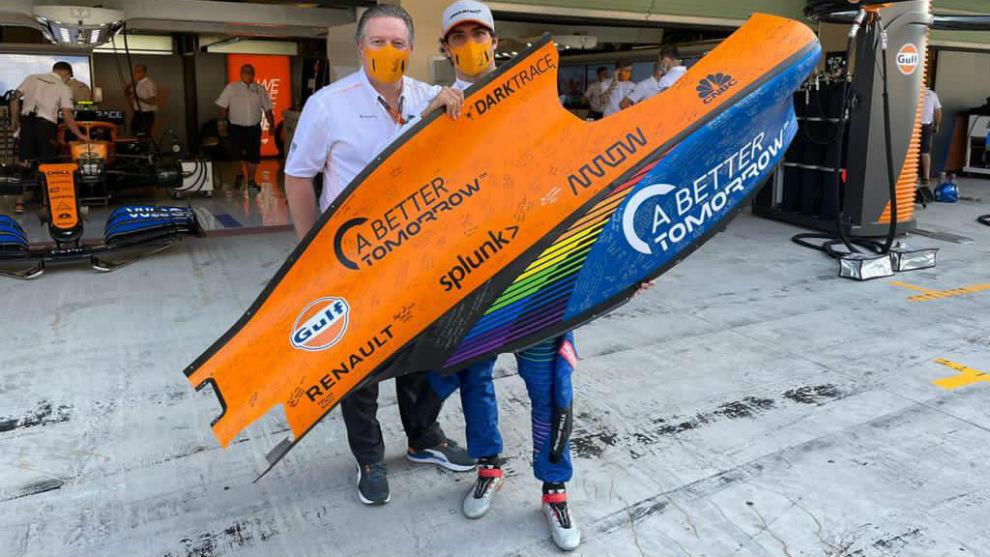 Zak Brown le regaló a Carlos Sainz un lateral del monoplaza firmado...