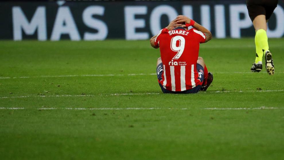 Luis Suárez se lamenta de una acción durante un partido.