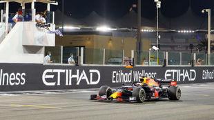 Verstappen cruza ganador en el Gran Premio de Abu Dabi 2020.