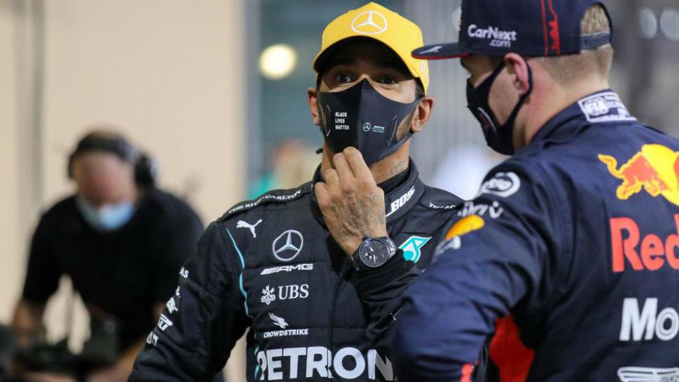 Verstappen charla con Hamilton tras ganarle en el GP de Abu Dabi.