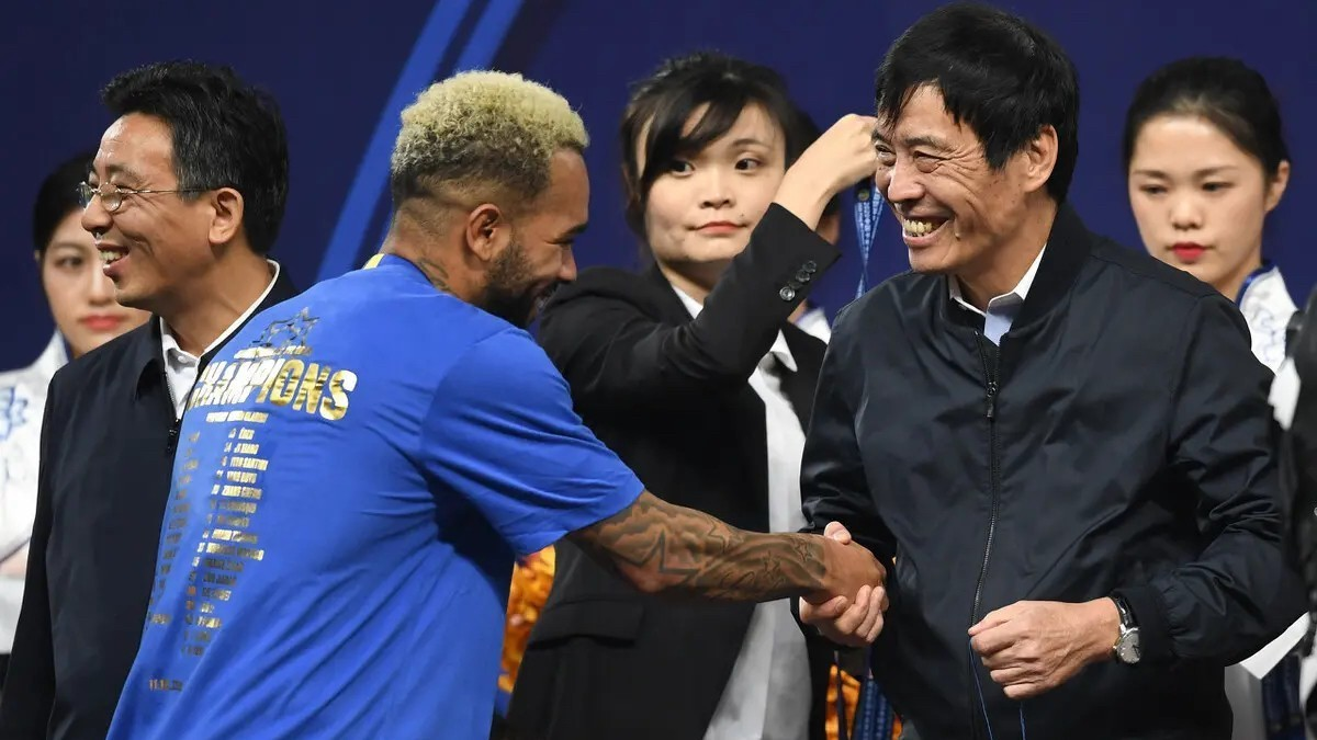 Alex Teixeira saluda a Chen Xuyuan, presidente de la Federación China de Fútbol.