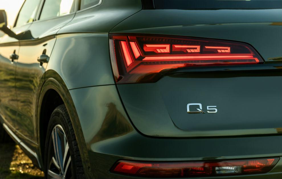 El Audi Q5 estrena grupos ópticos traseros con la nueva tecnología OLED digital.
