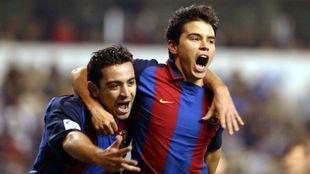 Saviola y Xavi celebrando un gol con la camiseta del Barça