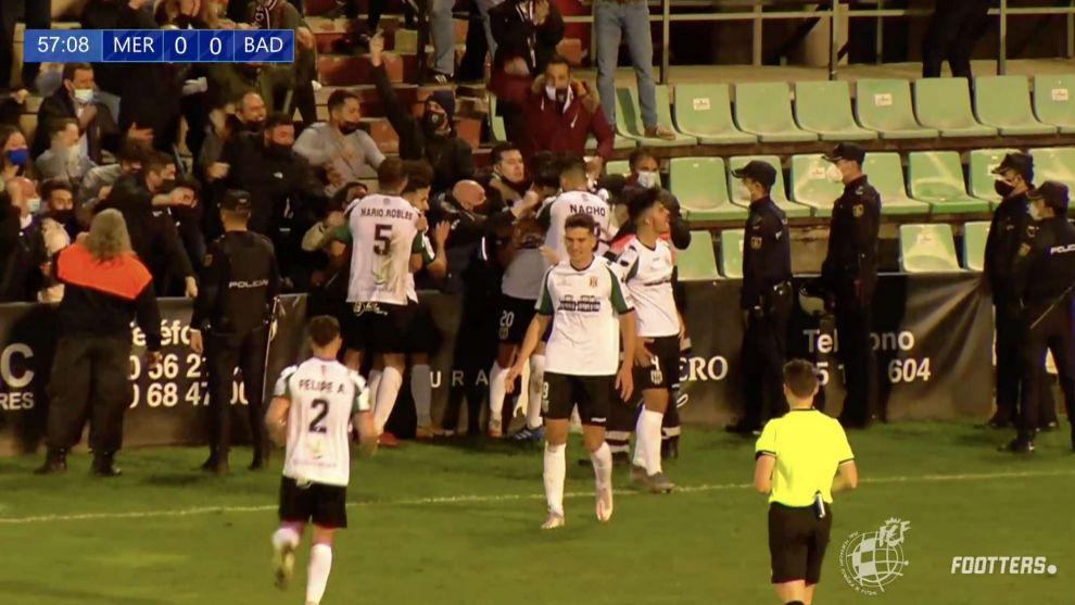 Los futbolistas del Mérida celebran el gol abrazándose a su afición