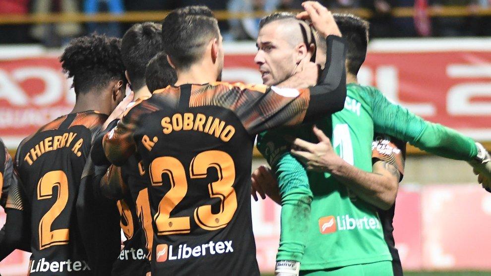 Los jugadores del Valencia abrazan a Jaume tras eliminar a la Cultural...