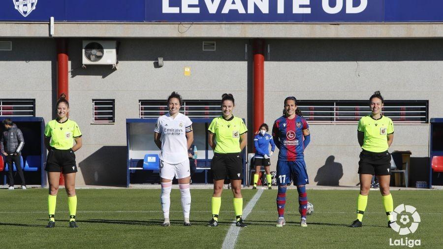 Beatriz Arregui dirigiendo un Levante-Real Madrid esta temporada.