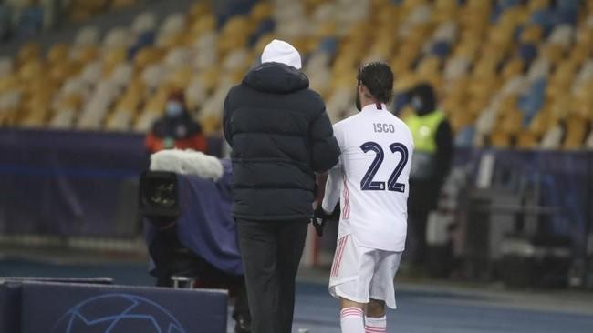 Zidane da a instrucciones a Isco en Kiev antes de que saltara al...