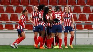 Las jugadoras del Atlético de Madrid celebran un gol ante el...