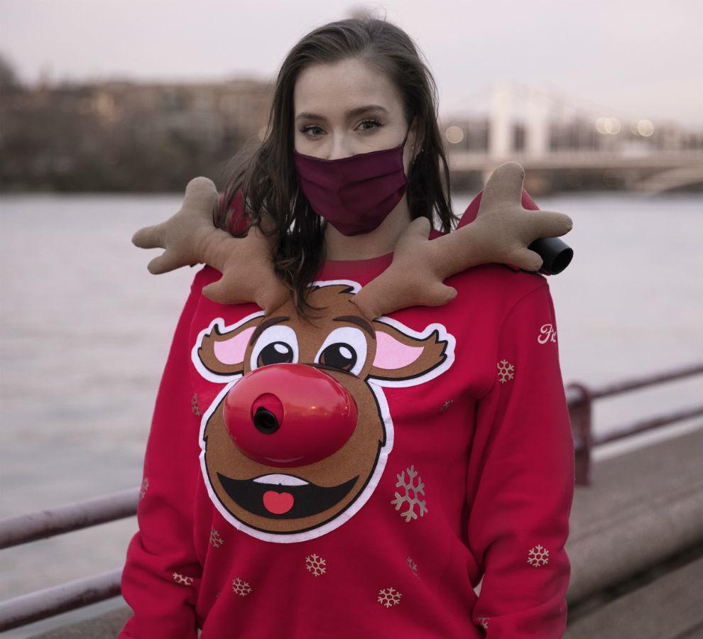 La Sudadera de Navidad Distancia de Seguridad es el complemento perfecto en tiempos del coronavirus.