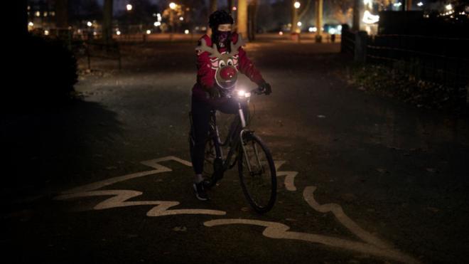 Una ciclista viste la 'Sudadera de Navidad Distancia de Seguridad' de...