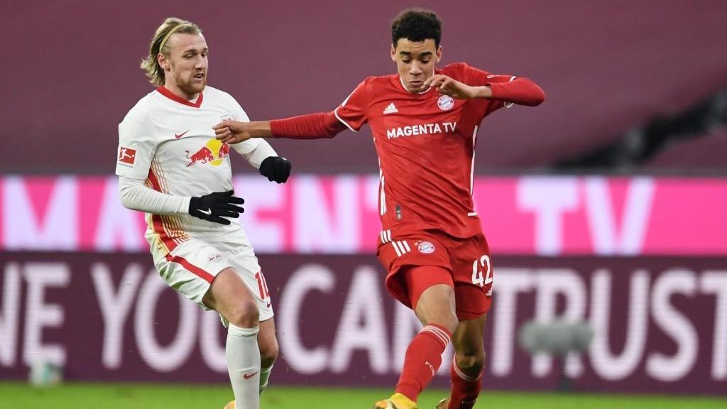 Jamal Musiala disputa un partido con el Bayern Múnich.