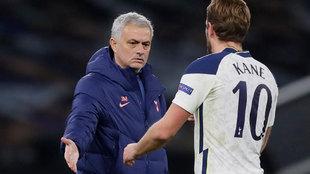 Mourinho y Kane se saludan tras un partido reciente.