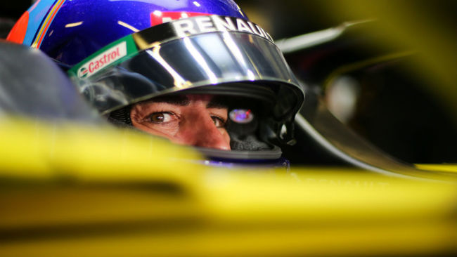 Fernando Alonso, en el box de Renault ayer en Yas Marina.