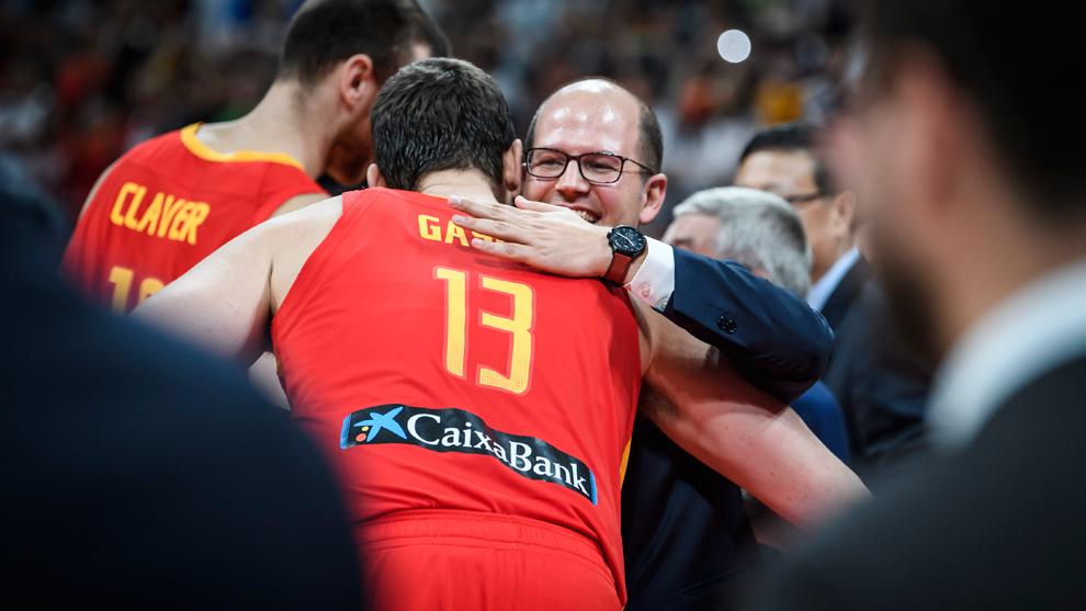 Andreas Zagklis, secretario general de FIBA, abraza a Marc Gasol