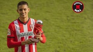 Leo Ruiz, con el trofeo que le acredita como el mejor jugador de...