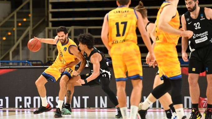 Javi Beirán trata de superar la defensa de un jugador del Dolomiti...