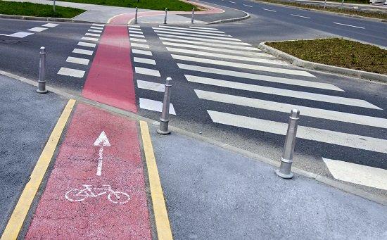 Un paso de cebra con carril específico para bicicletas.