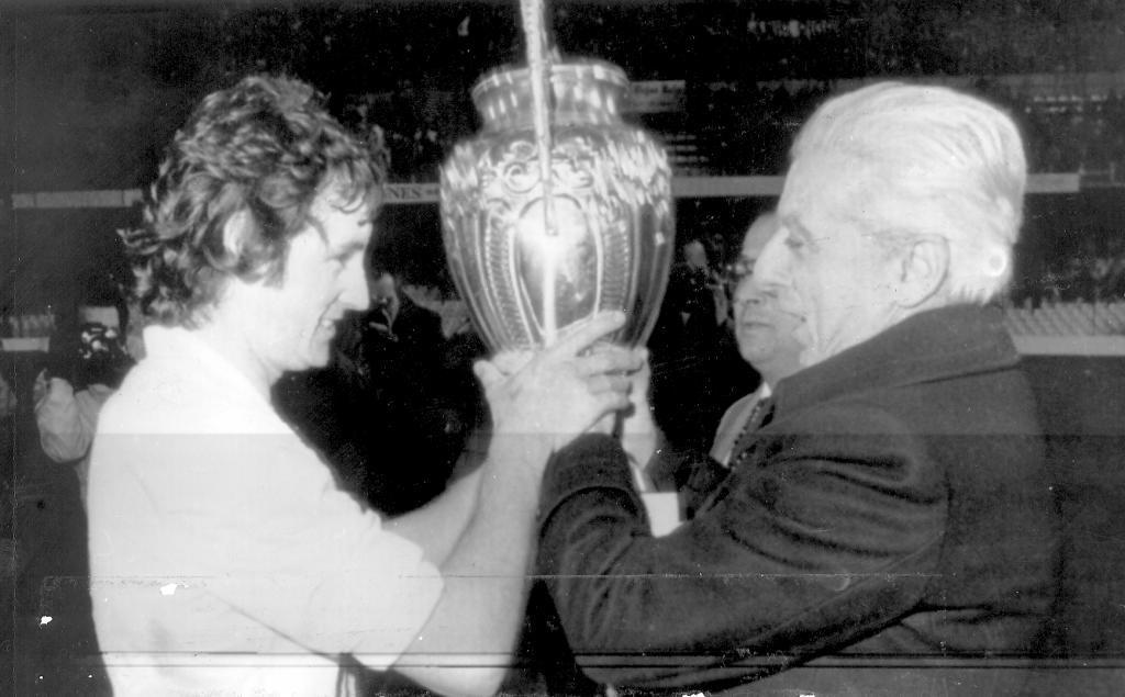 Franchi entrega a Saura un trofeo que estaba en las vitrinas del club como si fuera la Supercopa.
