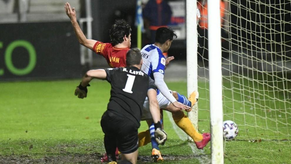 Iván Azón marca el primer gol del partido de Copa.