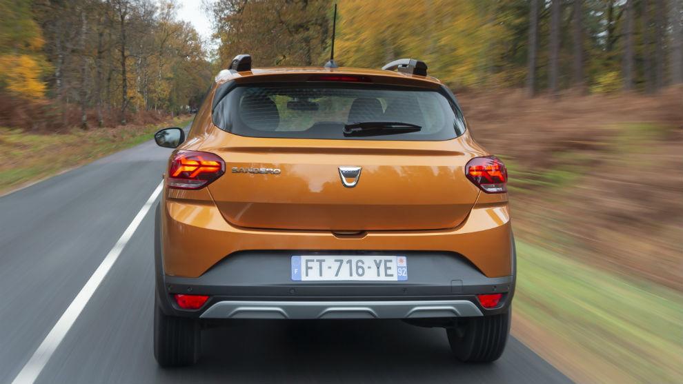 La línea horizontal que une las dos ópticas contribuye a ensanchar visualmente el coche.