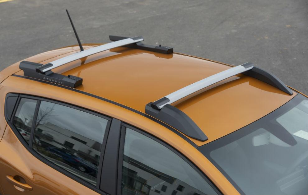 Las barras de techo son modulares y en unos segundos se transforman en una baca con capacidad de carga de 80 kilos.