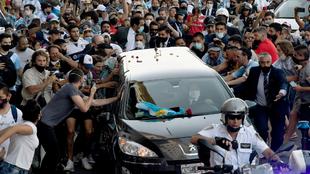 Miles de argentinos quisieron despedir a Maradona.
