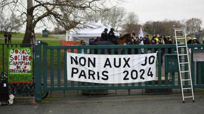 Protestas contra los Juegos de París por la desmantelación de un...