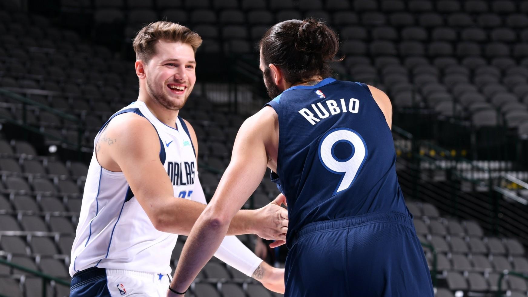 Luka Doncic saluda a Ricky Rubio antes del encuentro.