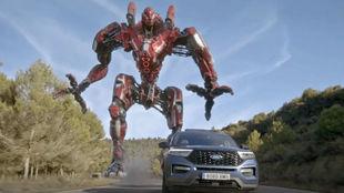 El Ford Plug-In Hybrid, perseguido por un robot gigante.