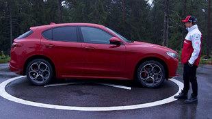 Raikkonen, junto al Stelvio que le han entregado como piloto de Alfa...