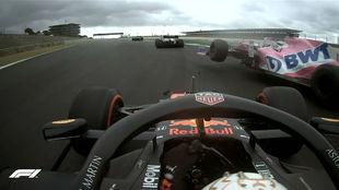 Verstappen, tratando de esquivar a Checo Pérez en el GP de Sakhir...