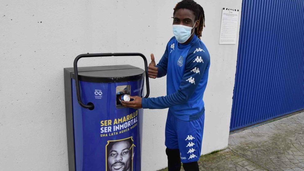 "Boateng recicla un bote durante la campaña ""Ser amarillo, ser..."