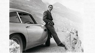 Sean Connery, apoyado en el coche que supuestamente era un Aston...