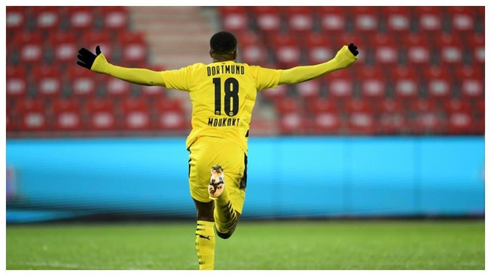 Youssoufa Moukoko celebra su primer gol en Bundesliga.